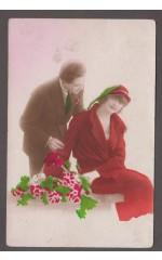 Mężczyzna i kobieta z bukietem róż