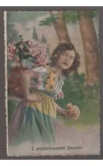 Dziewczyna z bukiecikiem w ręku - Z powinszowaniem Imienin